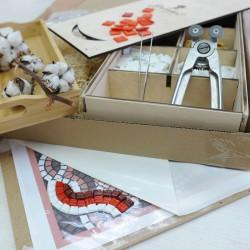 Мозаичная заготовка на картине с изображённой вазой полной цветов - ромашек