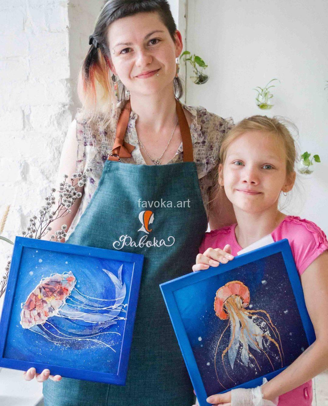 """Слева наш мастер-художник Карина - Фавока,со своей работой из мозаики - """"Медуза"""", а справа наша ученица с красивейшей работой, на которой изображён красивейший морской эскиз - медуза в море, сделанной из мозаики, после нашего мастер-класса """"Медуза""""."""