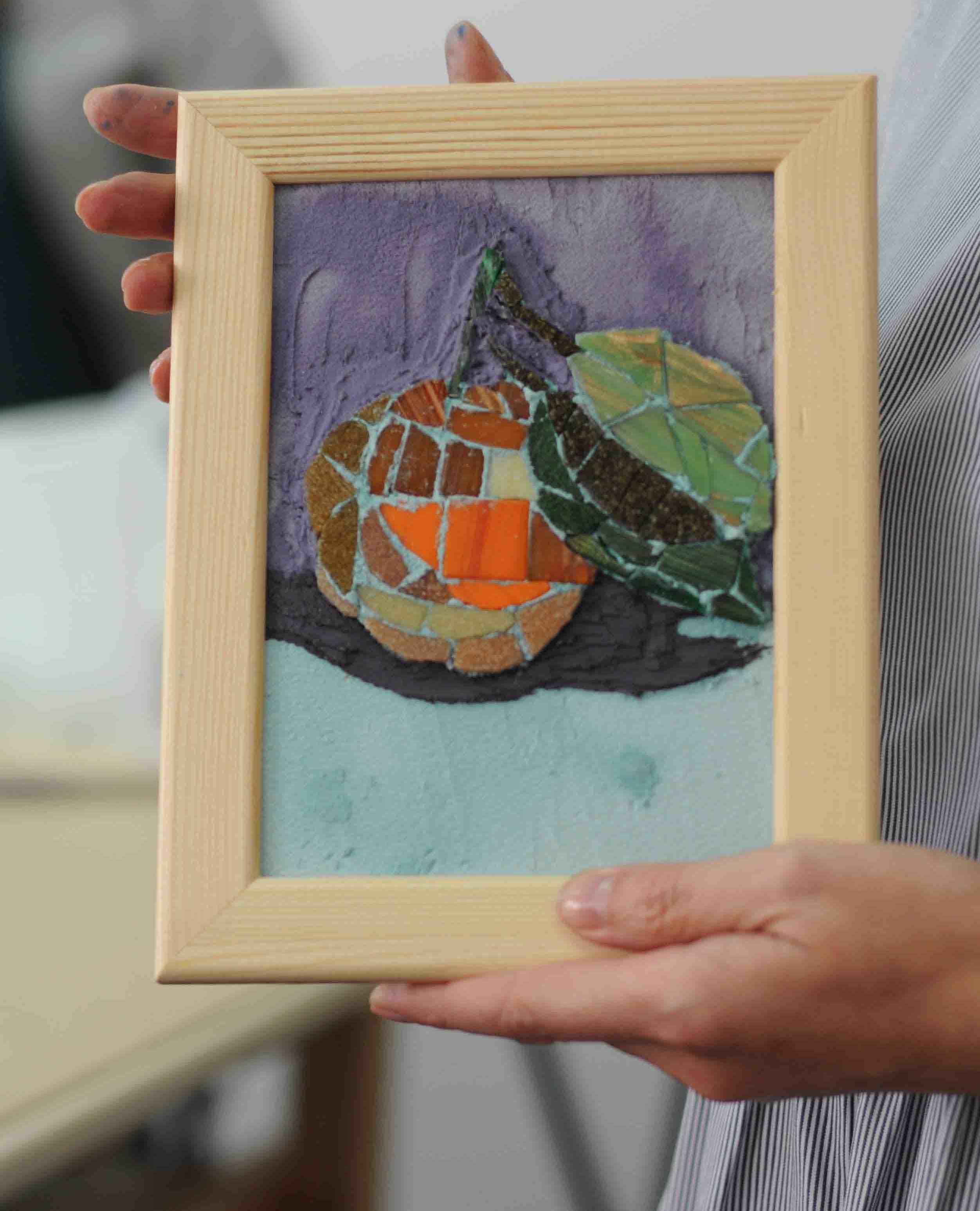 """Наша ученица с очаровательной Картиной, на которой изображён красивейший эскиз - сочные красочные фрукты, сделанной из мозаики, после нашего мастер-класса """"Стеклянная плитка""""."""