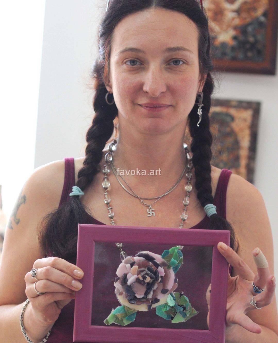 """Наша ученица с очаровательной Картиной, на которой изображён красивейший эскиз - страстный  алобардовый цветок, сделанной из мозаики, после нашего мастер-класса """"Цветы на стекле""""."""