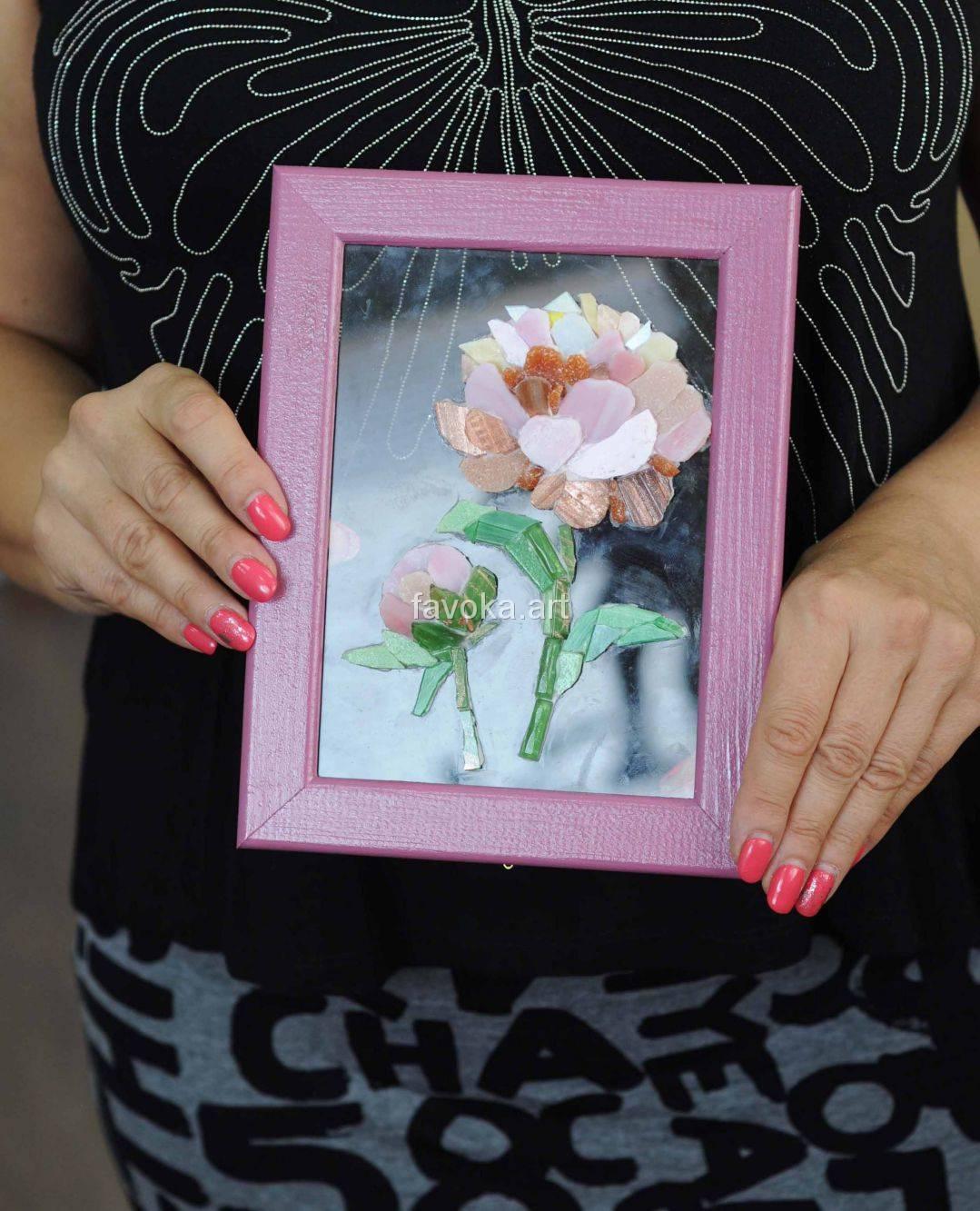 """Наша ученица с очаровательной Картиной, на которой изображён красивейший эскиз - нежный розовый цветок, сделанной из мозаики, после нашего мастер-класса """"Цветы на стекле""""."""