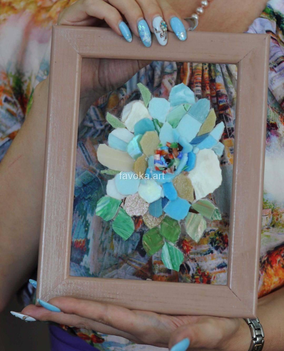 """Наша ученица с очаровательной Картиной, на которой изображён красивейший эскиз - нежный голубой цветок, сделанной из мозаики, после нашего мастер-класса """"Цветы на стекле""""."""