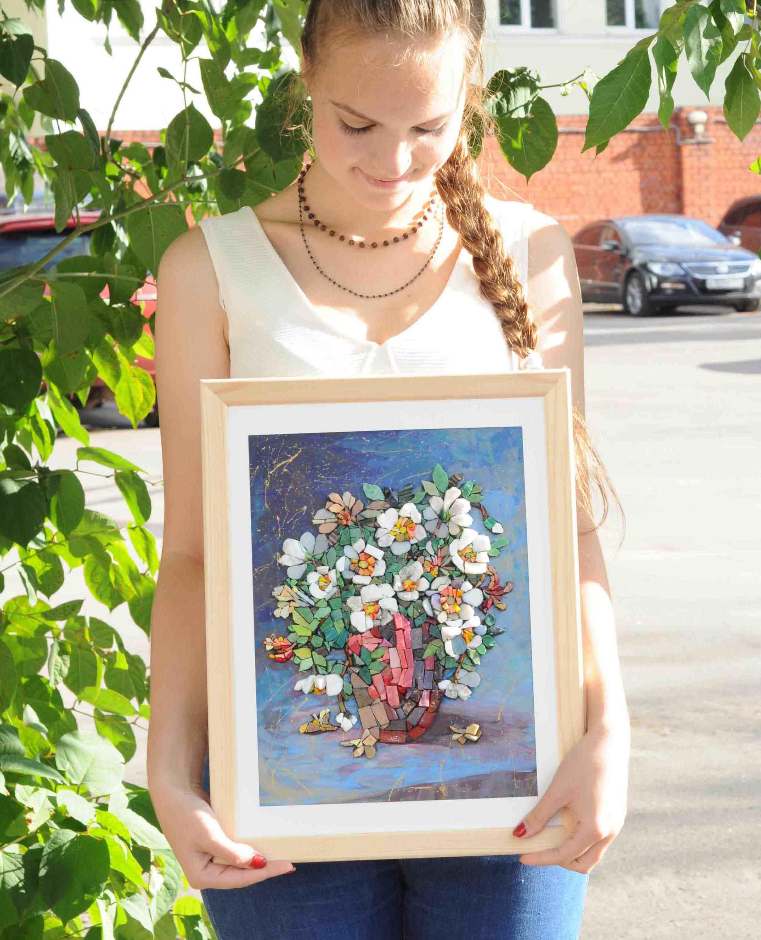 """Наша ученица с восхитительной картиной, на которой изображён цветочный натюрморт - ваза с цветами, сделанной из мозаики, после нашего курса """"Объёмная мозаика""""."""