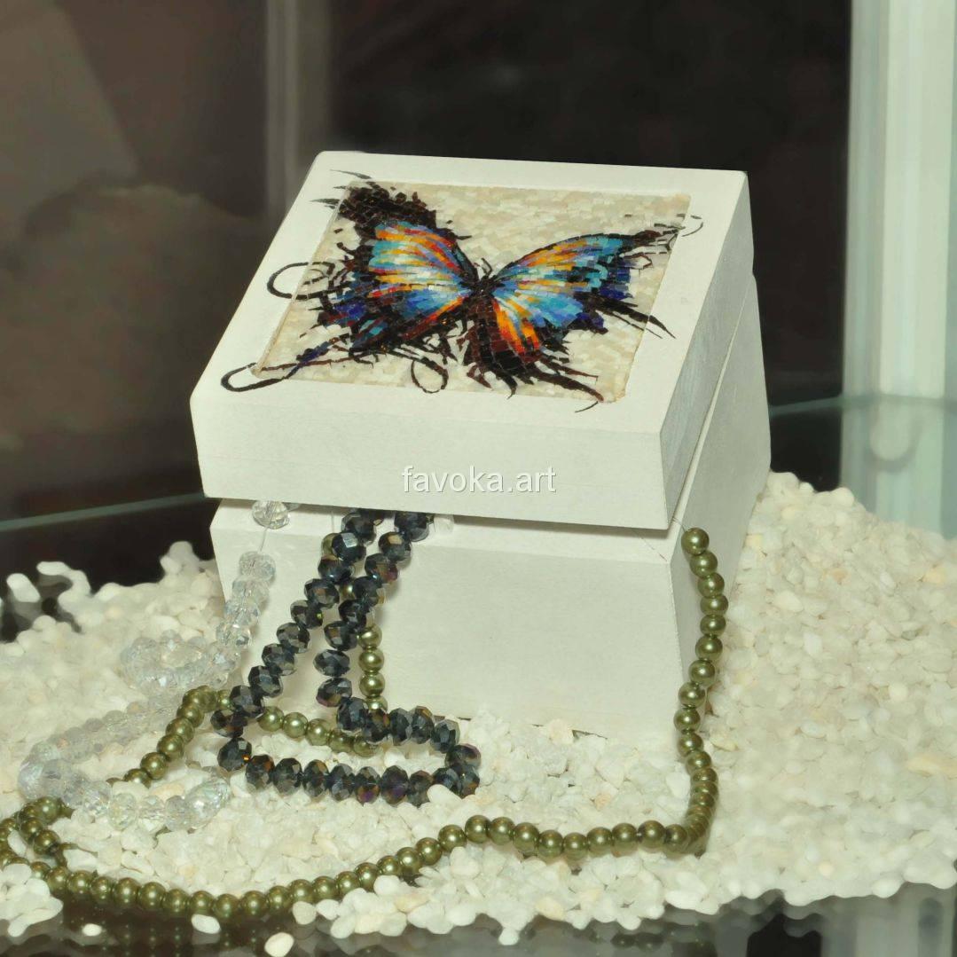 Шкатулка, на крышке которой изображена бабочка из мозаики