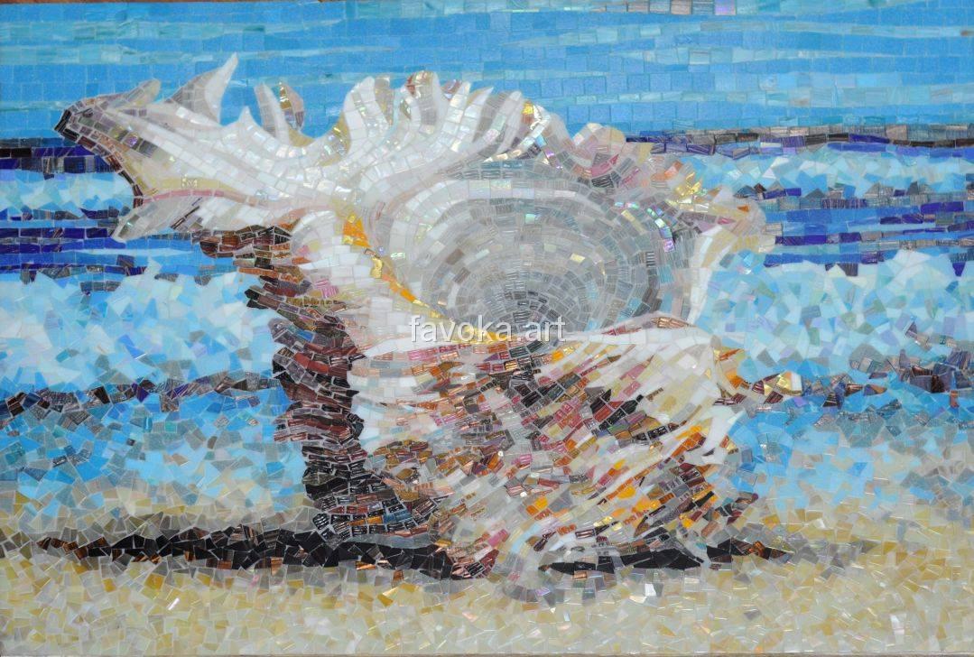 Большое мозаичное изображение берега моря, на котором стоит ракушка, сзади играют волны