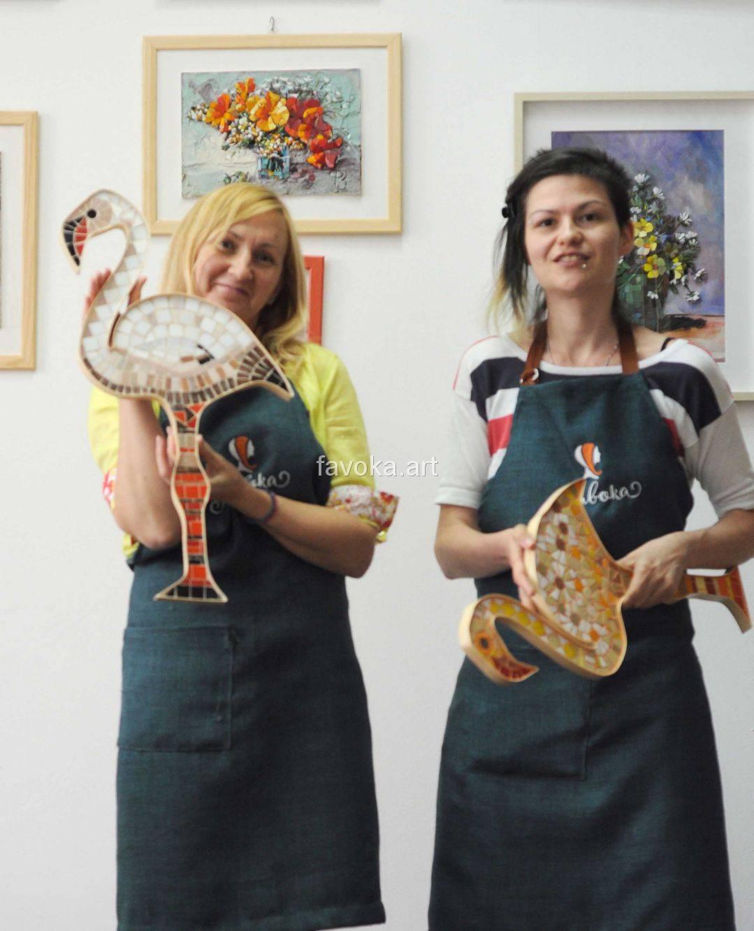 """Наша ученица с прекрасным розовым фламинго, сделанным из мозаики, после нашего мастер-класса """"Фламинго"""", справа наш мастер-художник Карина - ФаВоКа."""