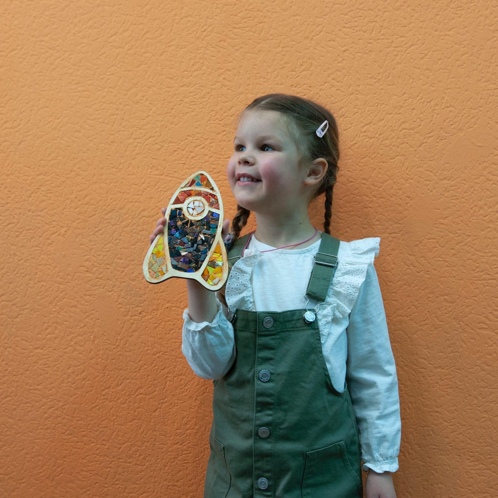 счастливые дети в мастерской мозаики