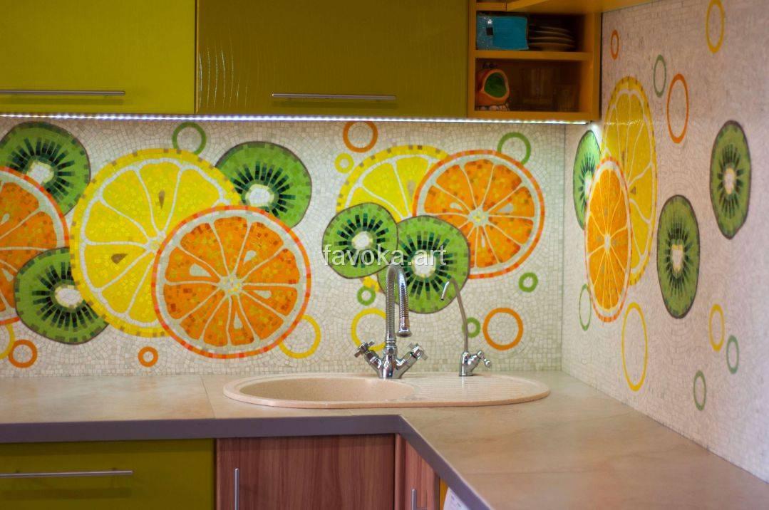 Кухня с мозаичным фартуком, выполненным в белом стиле с различными цитрусовыми фруктами