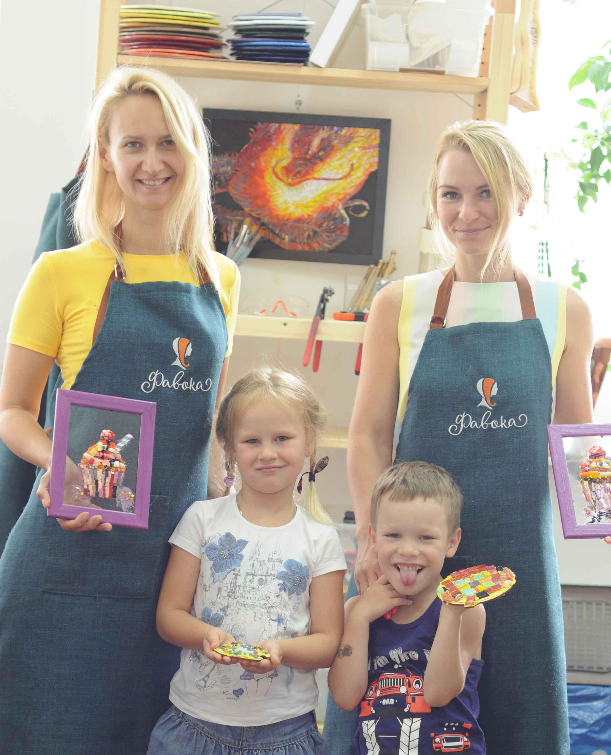 """Наши ученицы со своими детьми показывают свои поделки, на которых изображены красивейшие сладкие эскиз - сочные пирожные и коктейли, сделанные из мозаики, после нашего мастер-класса """"Пирожное""""."""