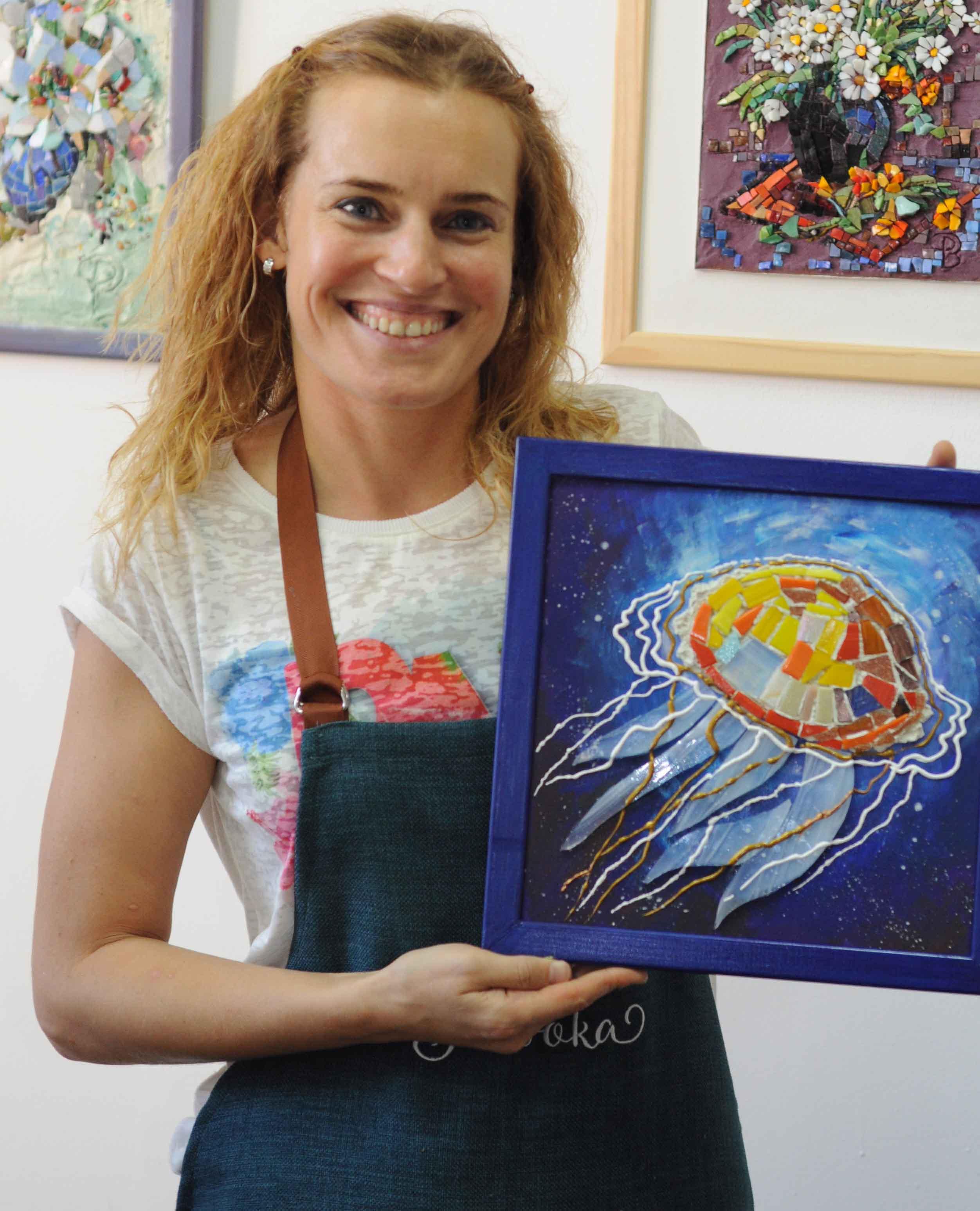 """Наша ученица с красивейшей работой, на которой изображён красивейший морской эскиз - медуза в море, сделанной из мозаики, после нашего мастер-класса """"Медуза""""."""