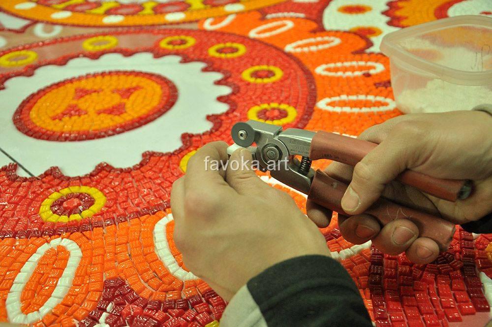 Мозаика белого и красно-оранжевого цвета, с кружевными узорами.